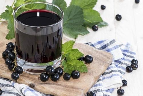 benefícios do suco de groselha negra
